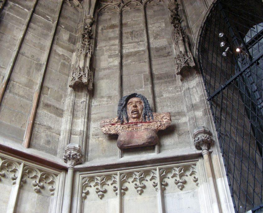 Foto: Restituta Büste von Hrdlicka in der Kapelle, Teile der Seitenwände der Kapelle sind sichtbar
