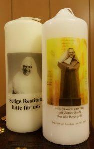 Kerzen mit Abbildungen der Seligen Restituta
